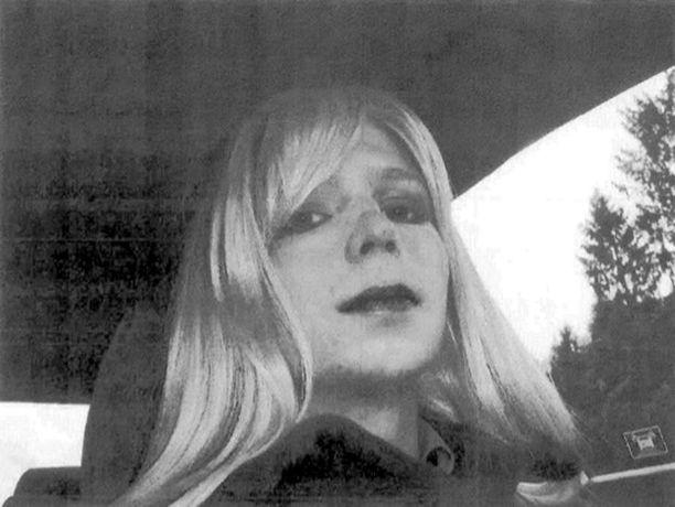 Chelsea Manning kuvattiin viimeksi peruukissa ja meikissä. Hän ei ole armeijan sääntöjen mukaan saanut kasvattaa pitkiä hiuksia.