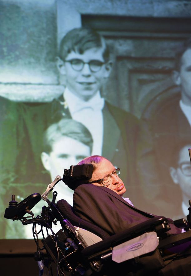 Stephen Hakwing eli suurimman osan elämästään motoneuronisairaus ALS:n kanssa. Taustalla näkyvässä kuvassa Hawking nuorena.