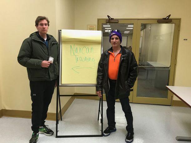 Justin ja Frank halusivat oppia kuinka elvyttää huumeyliannoksen ottanut, sillä ystäväpiirissä on useita huumeidenkäyttäjiä.