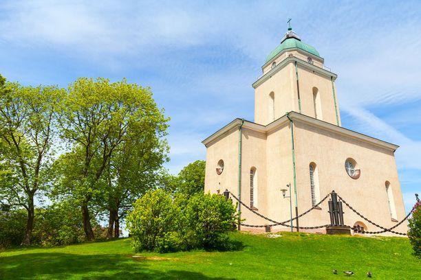 Helpoin tapa toteuttaa majakkaretki on Suomenlinnassa piipahtaminen. Saaren kirkko on nimittäin samalla myös majakka.