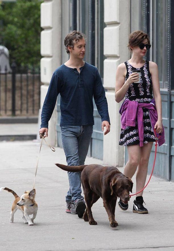 Näyttelijäpariskunta Anne Hathaway ja Adam Shulman ovat myös eläinrakkaita. Perheeseen on tullut hiljattain uusi tulokas, kun labradorinnoutaja Esmeralda sai kaverikseen sekarotuisen Edward-pennun.