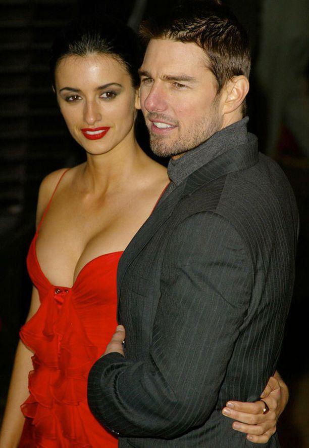 Penelope Cruz ja Tom Cruise vaikuttivat onnellisilta vielä kesäkuussa 2004.