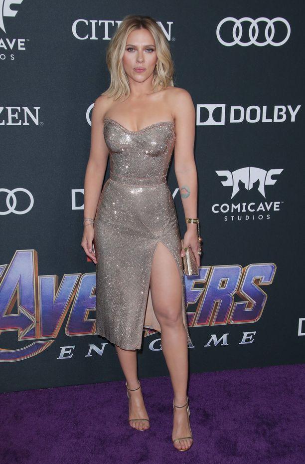 Scarlett Johansson häikäisi Avengers: Endgame -ensi-illassa Versacen kimaltavassa korsettimekossa.