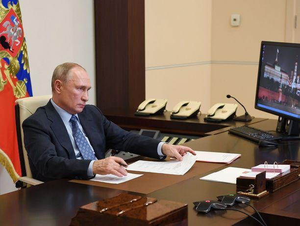 Kremlin mukaan Vladimir Putin on tässä kuvassa Moskovassa, mutta journalistiryhmä väittää Putinin oikeasti olevan Sotšin-palatsissaan.