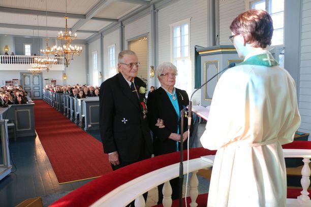 Pari asteli avioon Yli-Iin kirkossa Oulujoen seurakunnan kirkkoherra Satu Saarisen vihkimänä.