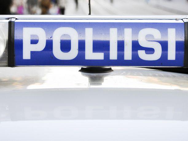 Poliisi sai epäillyn tekijän kiinni kaupan välittömästä läheisyydestä. Kuvistuskuva.