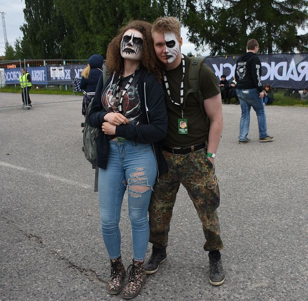 Helsinkiläinen Olga ja hämeenlinnalainen Kristian kävivät maalauttamassa kasvonsa.