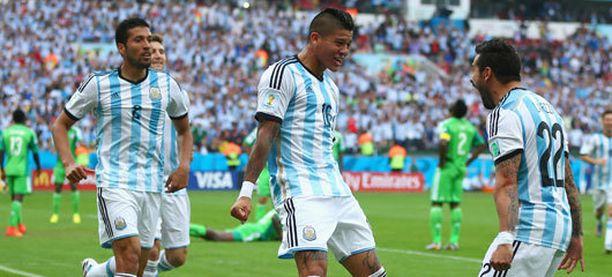 Marcos Rojo (keskellä) vastasi ottelun voittomaalista.