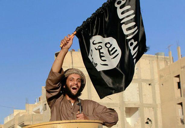 """Isis-taistelija juhli Syyrian Raqqassa, Isisin """"pääkaupungissa"""" kesäkuussa 2014."""