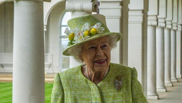 Kuningatar Elisabet pukeutui viime viikolla keväisiin väreihin.