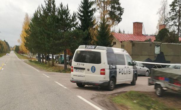 Poliisit kurvasivat varhain keskiviikkoaamuna marjanpoimijoiden majapaikan pihaan.