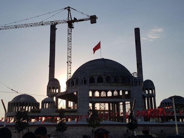 Turkin taloudella menee nyt huonosti, mutta presidentti Erdogan haluaa pitää tietyt instituutiot kukoistamassa. Kuvan moskeija on parhaillaan vasta rakenteilla, mutta minareeteista kaikui jo rukouskutsu.