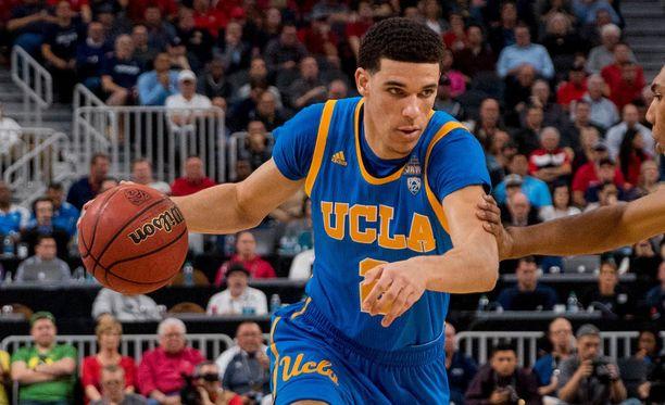 Kolmea UCLA:n pelaajaa syytetään myymälävarkaudesta Hangzhoun kaupungissa, jonne joukkue oli tullut pelaamaan.