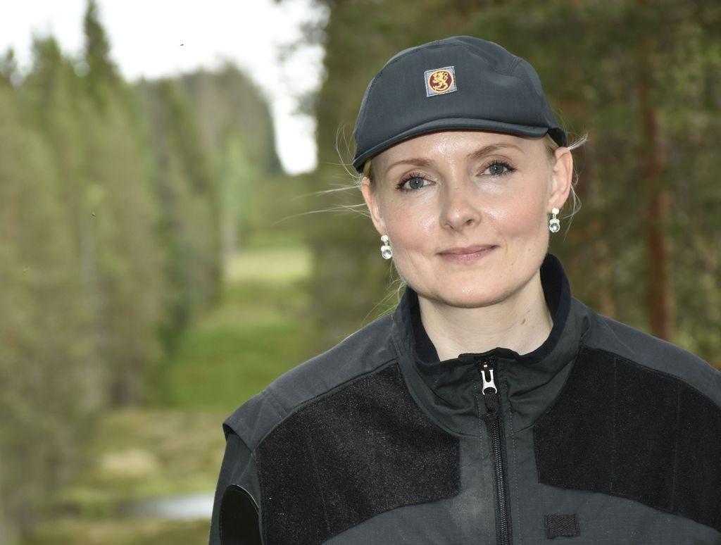Maria Ohisalo vastaa Suomen rajoista sisäministerinä. Kuhmossa hän pääsi vierailemaan rajalinjalla myös rajavartijana. Suomi ja Venäjä pitävät välisensä rajan puuttomana. Valtakunnanraja on halkonut soiden ja järvien täplittämää korpea samalla linjalla vuodesta 1595 lähtien.