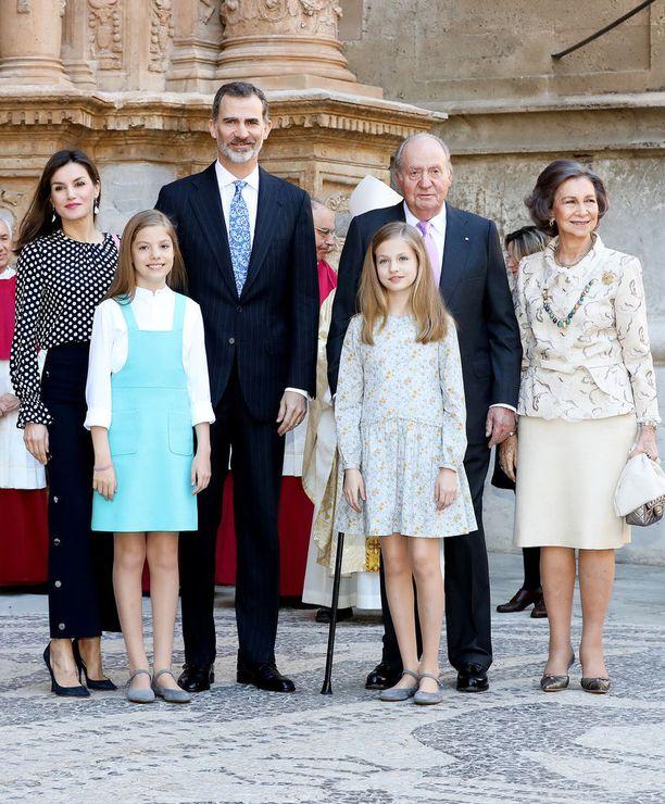 Kuningasperhe vietti pääsiäistä yhdessä pitkästä aikaa. Kuvassa Letizia (ylh. vas.), kuningas Felipe, kuningas Juan Carlos, kuningatar Sofia, infanta Sofia (alh. vas.) ja prinsessa Leonor.