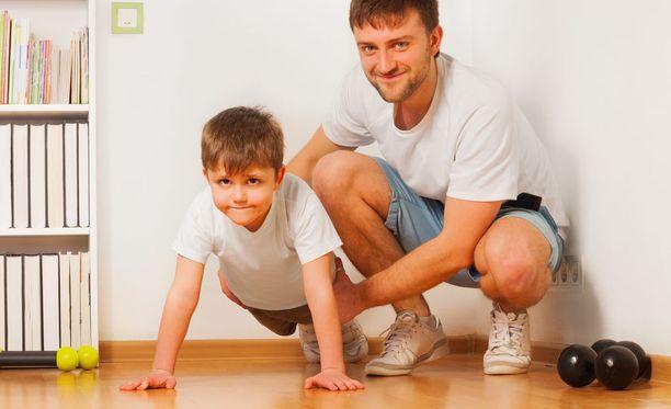 Kehityspsykologin mukaan harrastuskulttuuri on merkittävä suoriutumispaineiden lähde. Hän kehottaa vanhempia kiinnittämään huomiota siihen, miten menestymisestä puhutaan lapsen kuullen.