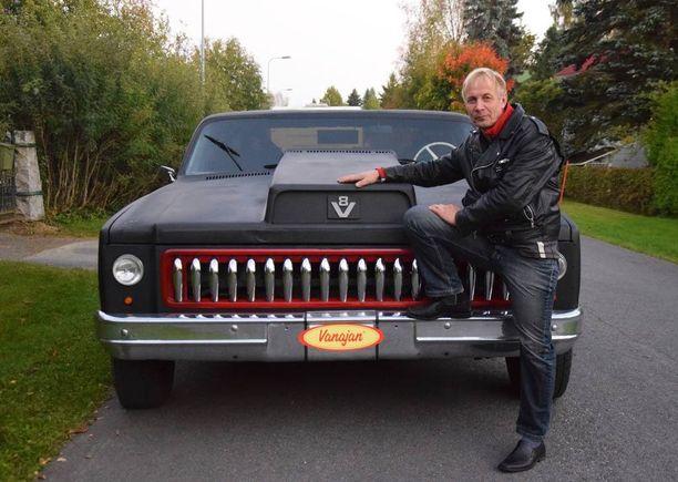 Auto ja auton tekijä. Teijo Pullinen on tehnyt alusta loppuun omin käsin auton, johon on yhdistetty ainutlaatuisesti Chevroletia ja Scaniaa. Näyttävä keulamaski on tehty yllättävästi - toimistotuolien jaloista!