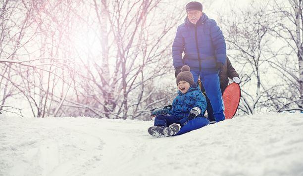 Isovanhempien rooli lapsiperheiden vanhempien elämässä on vihdoin alettu ymmärtää myös Suomen keskustelussa, kirjoittaa Erja Yläjärvi.