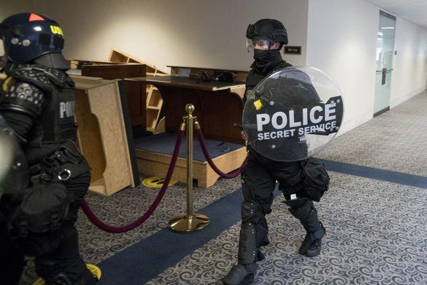 Yhdysvaltain salaisen palvelun poliisit olivat turvaamassa senaattoreita, kun edustajainhuoneen istuntosaliin hyökättiin. Capitolin alueella on saanut surmansa ainakin neljä ihmistä.