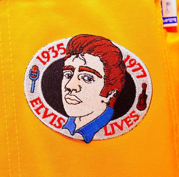 Munene Elvis on jo ehtinyt koristella uudenkarheat opiskelijahaalarinsa asianmukaisilla kangasmerkeillä.