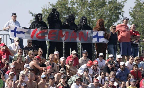 Tällaisessa gorilla-asussa Kimi Räikkönen tapasi juhlia. Kuvassa fanit ovat intoutuneet pukemaan ylle samankaltaiset vetimet kannustushengessä.