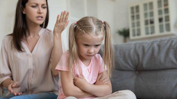 Pienet lauseet voivat satuttaa lasta, jos aikuinen ei ymmärrä, millaisen viestin sanat lapselle välittävät.