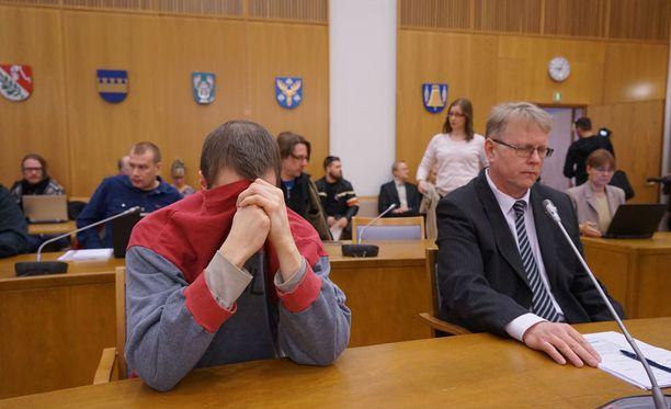 Syytetty mies peitti itsensä aamulla kuvaajilta, mutta muuten hän on istunut salissa rauhallisena ja koko ajan eteensä tuijottaen.