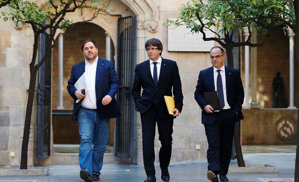 Katalonian itsehallinnon puuhamiehet Oriol Junqueras, Carles Puidgemont ja Jorid Turull keskustelivat itsenäisyysäänestyksen jälkeisestä ajasta.