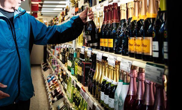 Alko on ollut huolissaan myös väkevien ja viinien vähenevän myynnin vaikutuksista liiketoimintaansa.