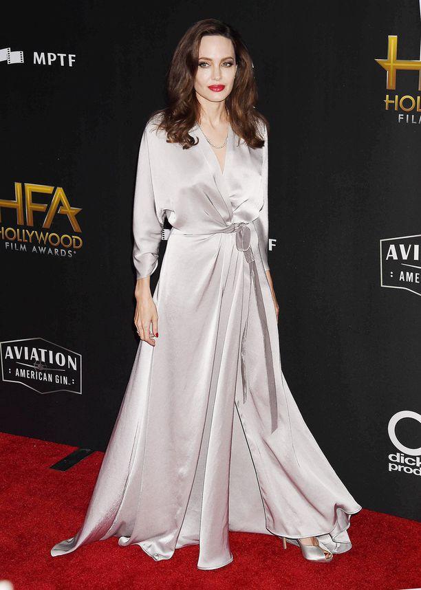 Angelina Jolie oli pukeutunut Jenny Packhamin hopeiseen luomukseen.