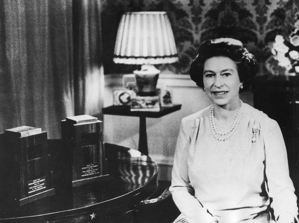 Elisabet kyllä sanoi pitävänsä uusista postimerkeistä, muttei sittenkään niin paljon kuin entisistä.