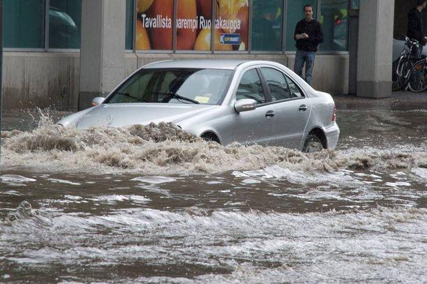 Älä aja syvään veteen autolla tahallasi. Autosi voi vaurioitua ja vakuutus ei korvaa.