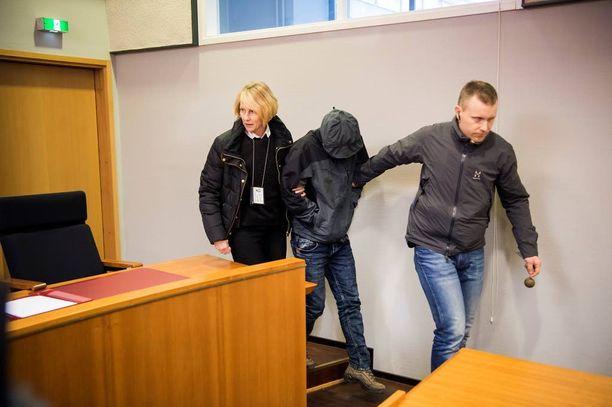 Kaksosveljekset vangittiin murhista epäiltyinä joulukuussa. Kuvassa ensimmäisen veljeksen vangitsemisoikeudenkäynti.