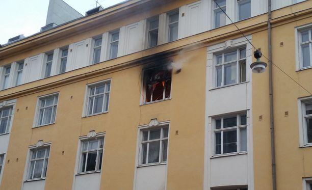 Helsingin Kalliossa on tapahtunut räjähdys, jossa on rikkoutunut kerrostalon kadunpuoleinen ikkuna.