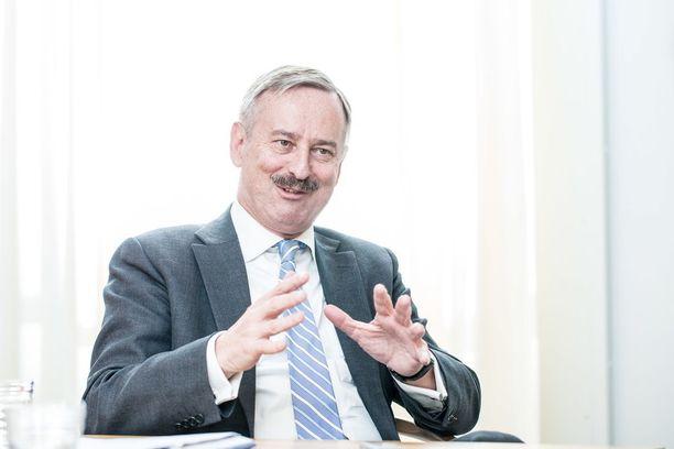 Siim Kallas toimi kiisteltyjen tapahtumien aikaan Viron keskuspankin johtajana. Hän on sittemmin toiminut myös muun muassa Viron pääministerinä, ulkoministerinä, valtiovarainministerinä ja EU-komissaarina.