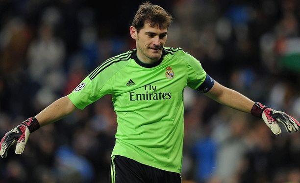 Kaiken voittanut Iker Casillas kuluttaa penkkiä Santiago Bernabeulla.