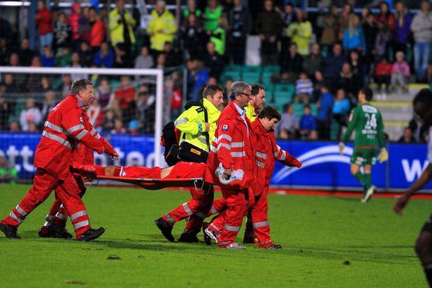 Carl-Erik Torp vietiin kentältä lopulta helikopterilla, johon hänet kannettiin.