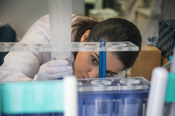 Kuva on otettu Tukholmassa sijaitsevassa laboratoriossa, joka on yksi niistä paikoista, jossa juuri nyt kehitetään rokotetta koronaa vastaan.