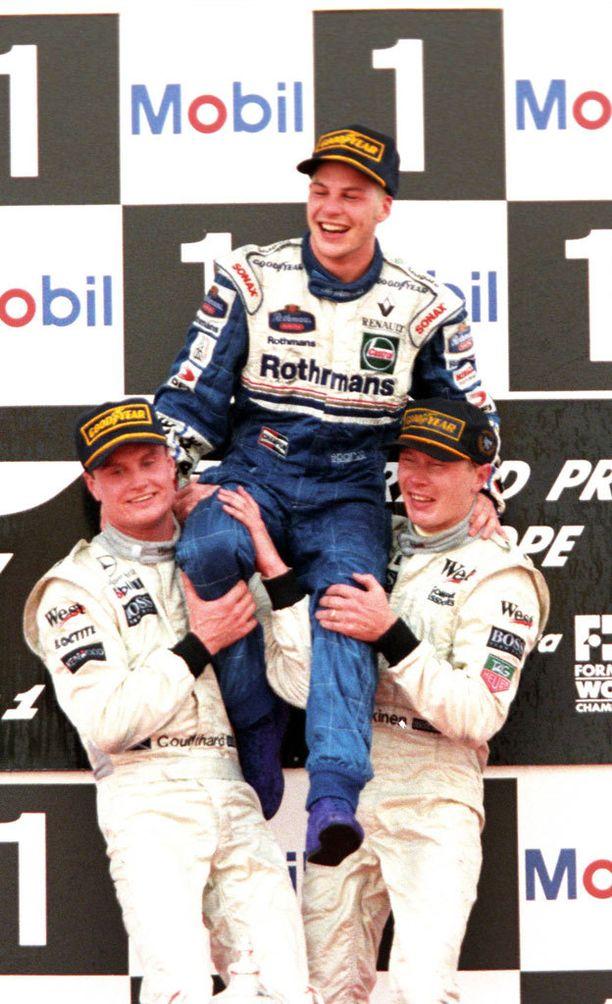 Coulthard ja Häkkinen nostivat maailmanmestari Villeneuven kultatuoliin.