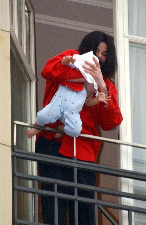 Michael Jackson halusi esitellä faneilleen 9 kuukauden ikäistä vauvaansa.
