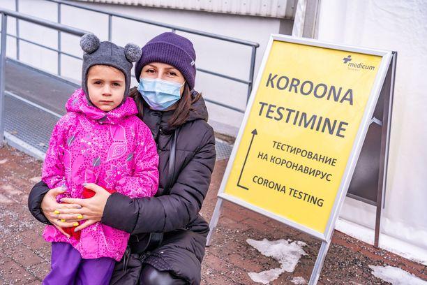 Julia Makushina kävi koronatestissä Lasnamäen Medicumin teltassa, sillä hänen miehellään on korona ja hänellä itsellä on oireita kuten kuumetta kurkkukipua. Mies työskentelee rakennuksilla. Kuvassa mukana Alexandra-tytär.