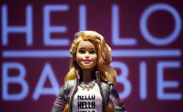 Huolestuneiden vanhempien mukaan Mattelin syksyn uutuus utelee ja mainostaa. Leluvalmistajan mielestä se täyttää pikkutyttöjen suurimman toiveen.