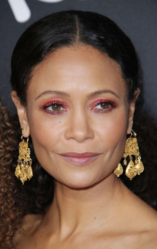 Pinkihtävä luomiväri pukee Thandie Newtonia. Kun kikkailee väreillä, muu meikki saa jäädä luonnolliseksi ja pelkistetyksi.