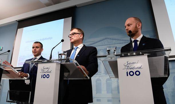 Hallitus aikoo kerätä vuosittain 100 miljoonaa euroa valtion kirstuun alkoholiveron korotuksilla. Kokoomuksen ja sinisten mukaan korotus on sidottu alkoholilain kokonaisuudistukseen.