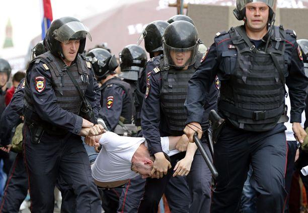 Aleksei Navalnyin kannattajia pidätettiin 12. kesäkuuta.