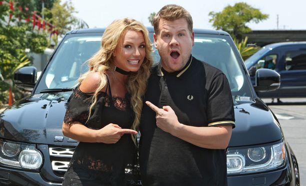 Britney Spears esiintyi koomikko James Cordenin juontaman talk show'n autokaraoke-osuudessa.