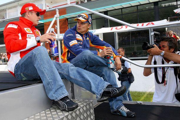 Mestaruusvuotenaan 2007 Kimi Räikkönen saattoi rupatella Renault-kuski Heikki Kovalaisen kanssa.
