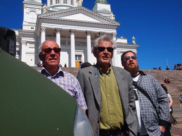 Sauna, Sibelius ja Sisun toimittajat Markku Kokkonen (vas), Tapio Reini ja Toomas Ross Suomi-seuran vieraana Helsingin suvessa.
