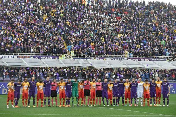 Fiorentinan ja Beneventon pelaajat kokoontuivat kunnioittamaan Astorin muistoa minuutin hiljaisella hetkellä.