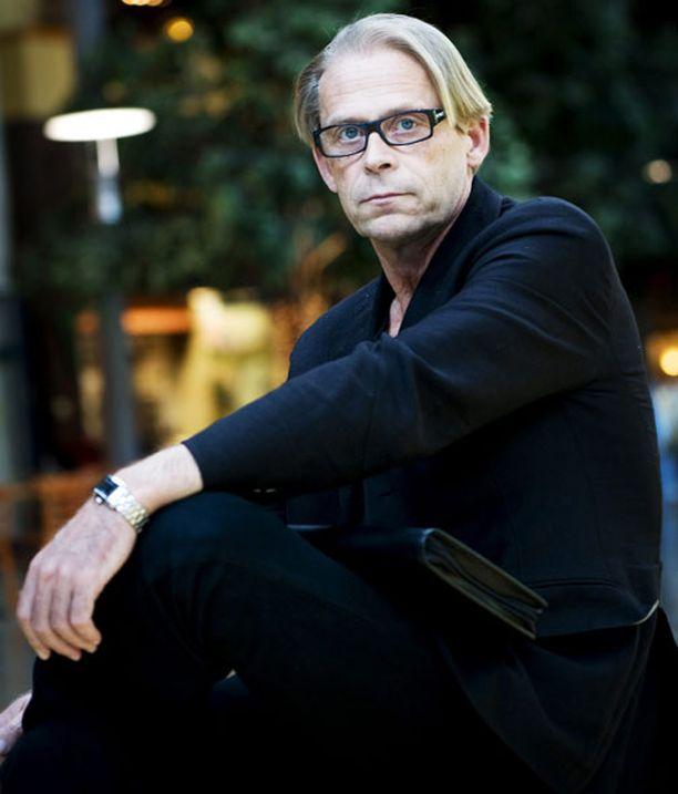 Liikemies Toivo Sukarin elämästä kerrotaan Sukari-televisiosarjassa.